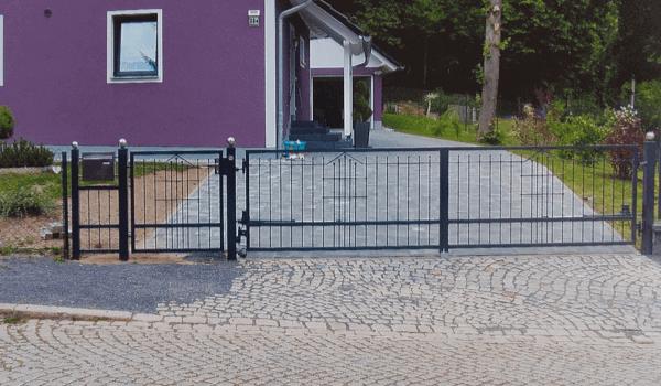 Hofeinfahrt mit Metalltor - Metallbau Hofbauer