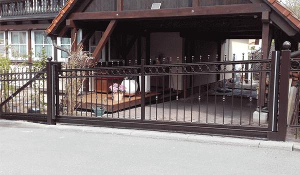 Metalltor vor Überdachung - Metallbau Hofbauer